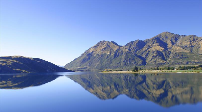 群山环抱湖水的美景