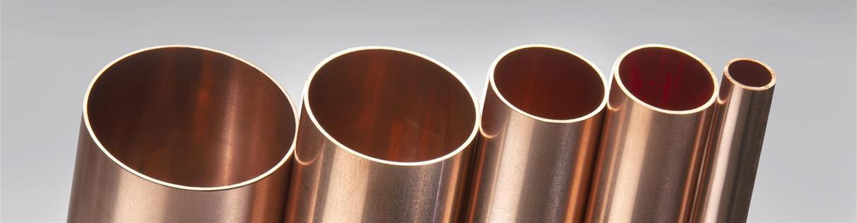 Блестящие медные трубы разных диаметров